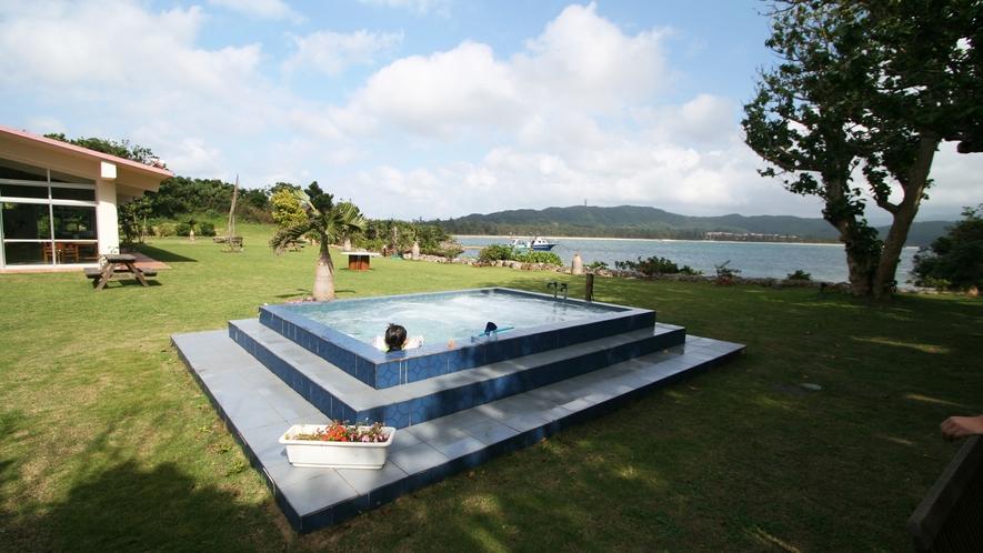*【中庭】ジャグジープール目の前には広い海!自然と一体になれます。