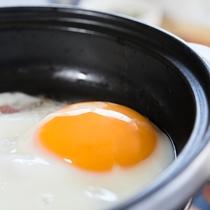 *【朝食-目玉焼き-】温かい内にお召し上がり頂けるよう、お客様ご自身で調理して頂きます。
