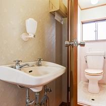 *【和室8畳-洗面所-】ご不便のないよう、各お部屋にはトイレを完備しております。