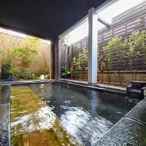 *【露天風呂-女湯-】開放的な露天風呂で四季の移ろいを感じながら温泉をお愉しみ下さい。