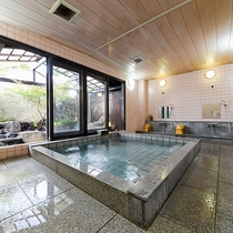 *【大浴場-男湯-】外の緑を眺めながらゆっくりお入りいただけます。
