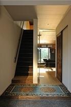 鴨川邸・1階玄関