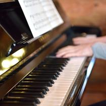 ログダイニングのピアノ