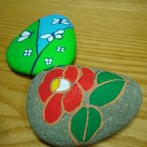 石ころアートの制作体験ができます。ご予約の際にお申し出ください。材料費だけでご指導します。