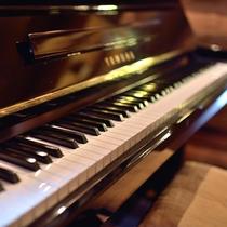 ログダイニングのピアノ、弾いていただけます。