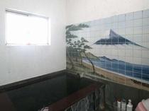 温泉(小)の壁には富士山の絵、懐かしい銭湯の雰囲気が味わえる♪