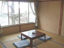 海も見える2階の和室、8畳で広々