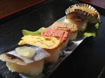 なかいオリジナルのいなか寿司、さんま、玉子焼き、魚のおぼろ、しいたけのにぎり寿し