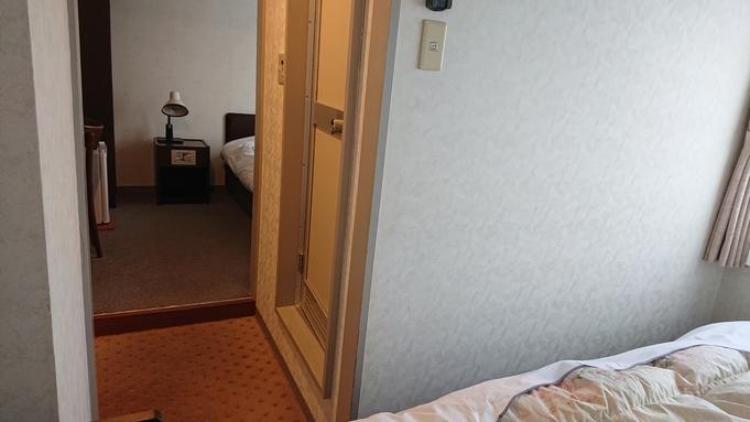 ベットが浴室を挟んで別々に設置、夫婦でも別々に寝る事が出来る。友人同士の宿泊も便利。