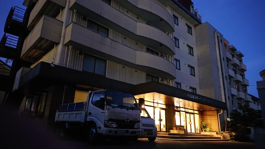 南彦根ステーションホテル 夜間の外観