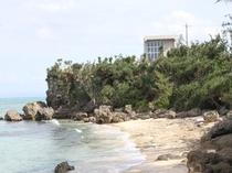 ビーチから見上げた今帰仁五邸です。