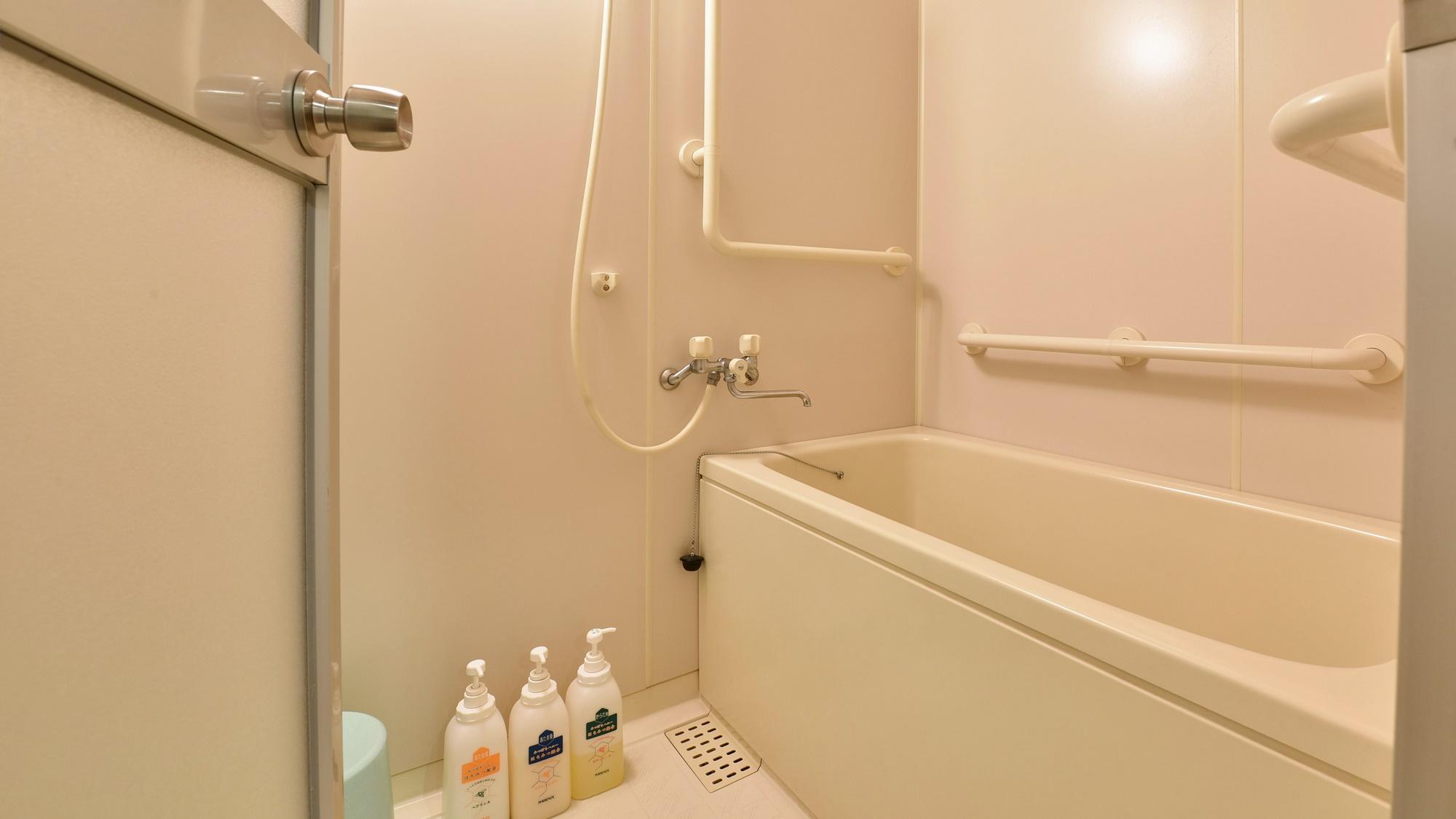 *【客室一例:洋室ツイン】トイレと独立したバスルーム。手すり付きでバリアフリーに配慮されています。