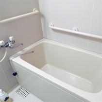 *洋室ツインルーム/トイレと独立したバスルーム。手すり付きでバリアフリーに配慮されています