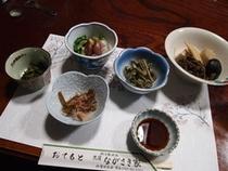 山菜や岩魚、地元の食材を使った盛りだくさんの料理4