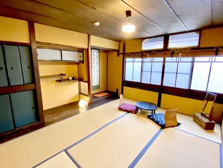 ■楓/大きな窓が開放的な2階庭側の和室