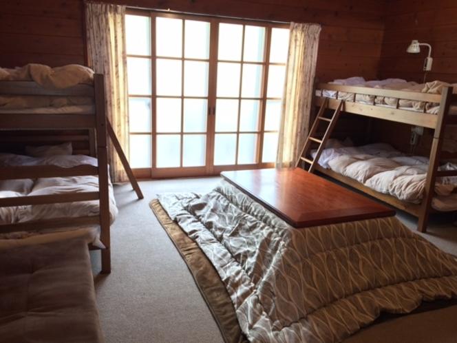 木のぬくもりあふれるコテージ。ベッド×4、ロフトに4組布団を用意しています。
