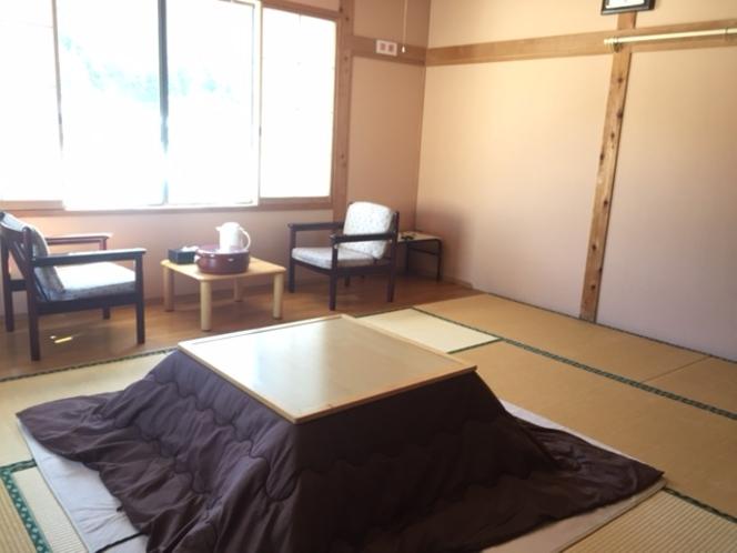 10畳のお部屋。日差したっぷりの温かみのあるお部屋です。