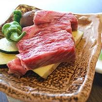 【夕食】地元の近江牛を使用した陶板焼きが好評です