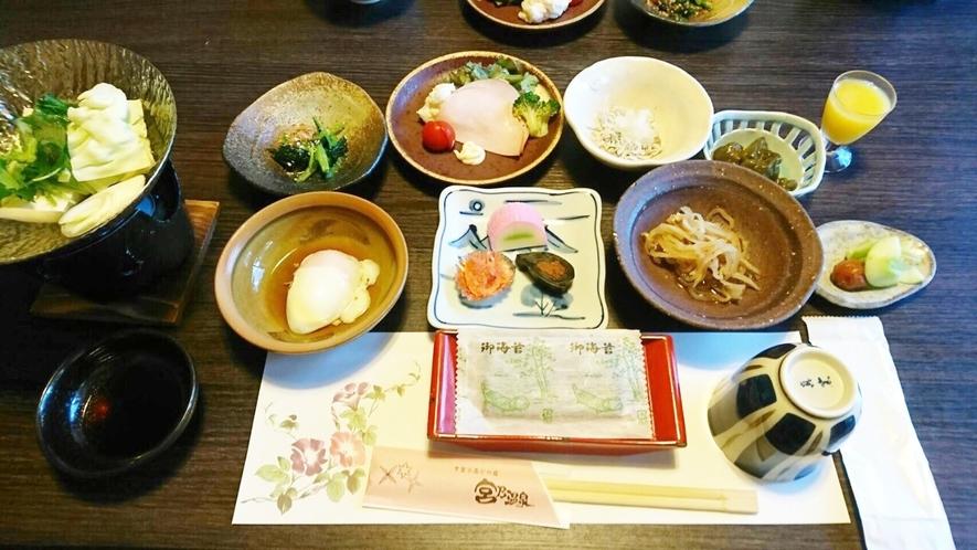 【朝食】地元野菜などを使ったおばんざいを中心にした健康メニュー