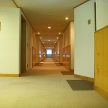*【廊下】各部屋へと続く廊下。