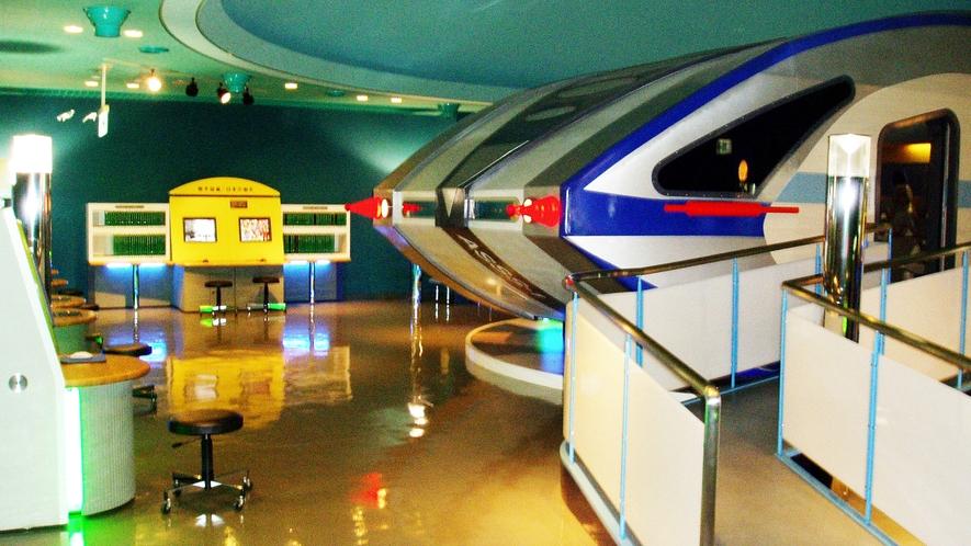 *【展示室】宇宙船をかたどった形をしています。