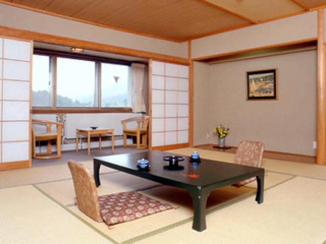 お部屋の窓からは、美しく雄大な湯ノ湖の景観をご覧いただけます