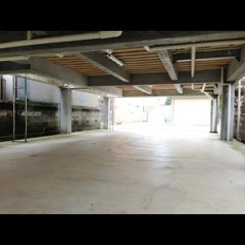 バイクを停めるための屋根付駐車場を完備
