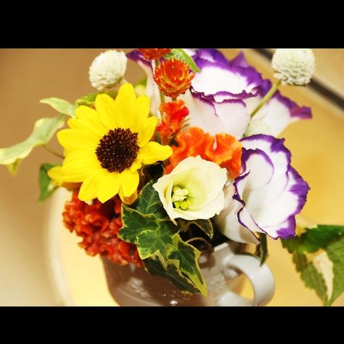 随所にお花が飾られています