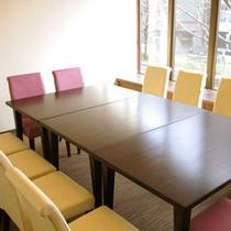 2F会議室。出張先でのミーティング等に便利!※要予約、有料