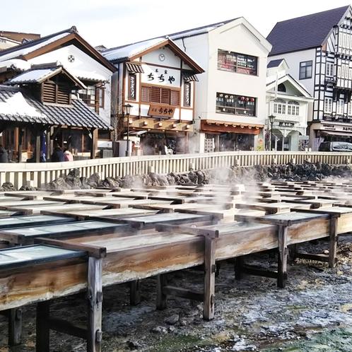 湯畑を囲むお店にはお土産屋さんや飲食店がぐるりと立ち並んでいて見て歩いて楽しいスポットです!