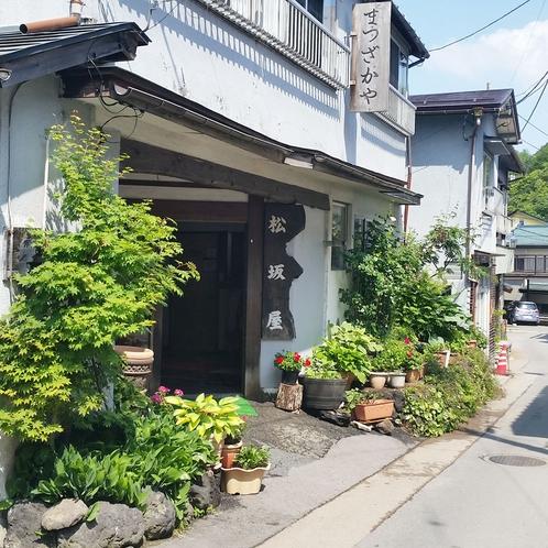 新緑の季節・松坂屋旅館外観