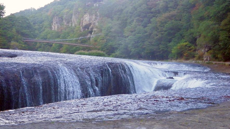 *吹割の滝/当館から車で約20分。その迫力から「東洋のナイアガラ」とも呼ばれます。