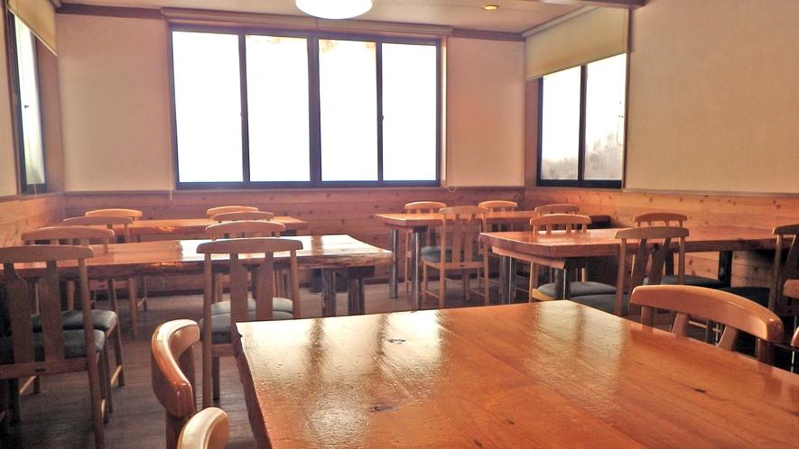 *【お食事処】テーブルはこの近くで切り出された「トウヒ」という木を使用しています!