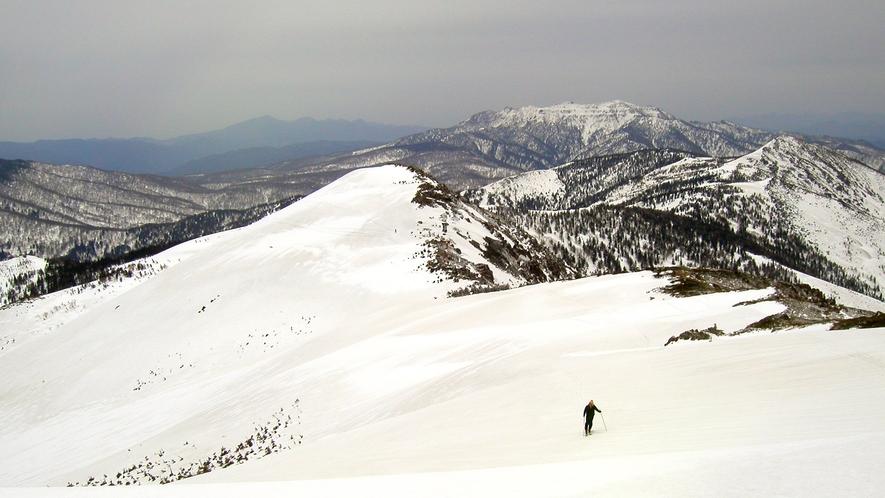 *冬~春にかけて、山々は一面銀世界の雪化粧に包まれます。