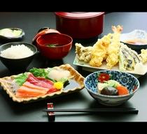 ボリューム満点!日替わり夕食♪(一例)刺身盛り合わせと天ぷら*