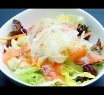 日替わり夕食のサラダ♪野菜の他サーモンなども入って栄養満点!(一例)*