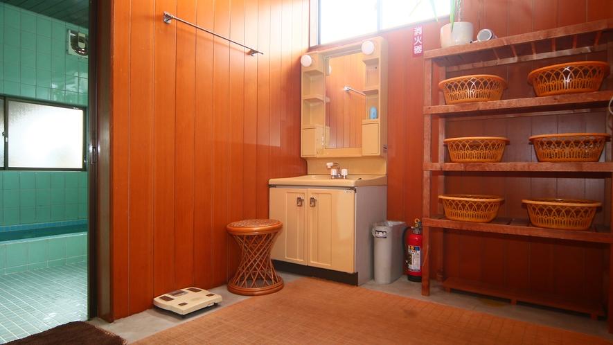 脱衣所にはドライヤーや洗面台がございます。