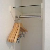 【客室設備】洋服掛け 入口すぐです