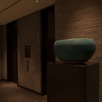 館内を彩る県内在住のアーティストの作品を中心とした装飾品