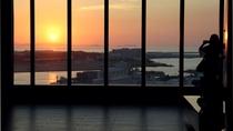 最上階ロビー 那覇の街と港を望む解放感あふれる空間 夕刻は美しいサンセットをお愉しみいただけます