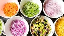 朝食ビュッフェ 新鮮で色鮮やかな野菜。お好みのドレッシングでどうぞ!