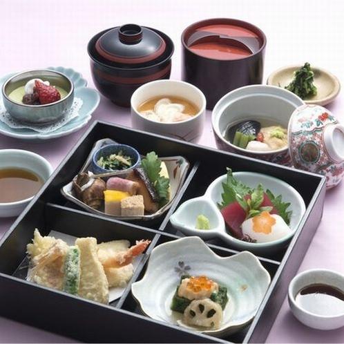 松花堂:レストランやお気軽なご宴会に。(内容は季節により変わります。)
