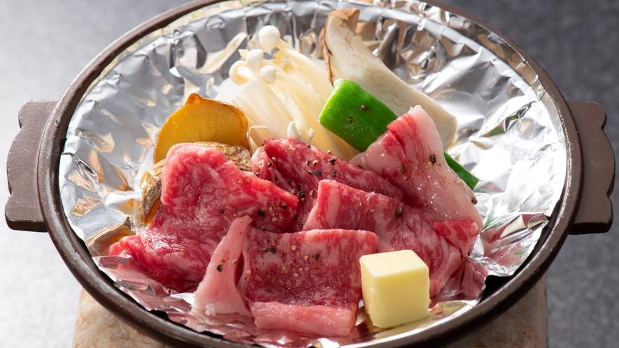 季節の一品料理:牛肉の陶板焼き ※にぎわい・おおにぎわい会席は一品料理(お肉かお魚)をお選び下さい。
