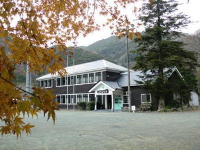 紅葉と校舎1