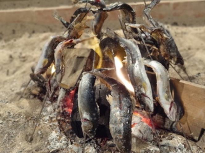 囲炉裏であゆの塩焼き