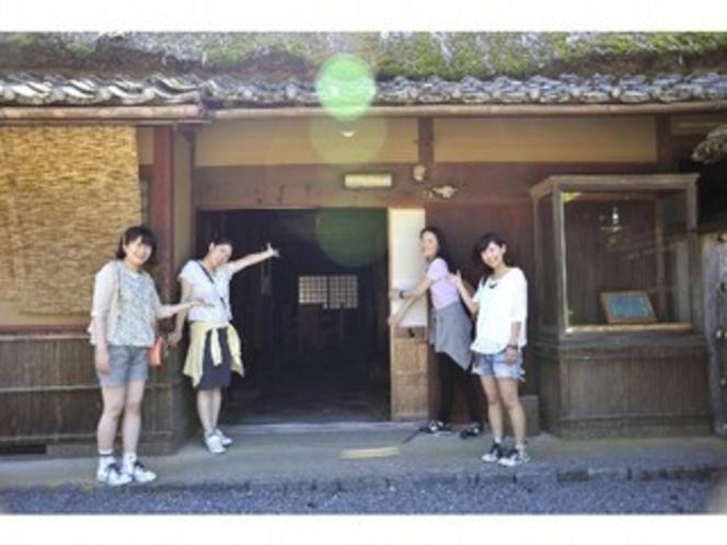 本館Hanabusa前にて