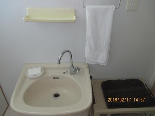 洋室ダブルベット4台、ソファベット1台、シャワー、トイレ付き、素泊まりプラン