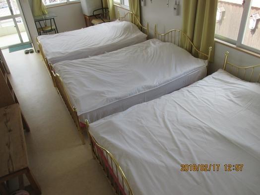洋室ダブルベット3台、シャワー、トイレ付き、素泊まりプラン