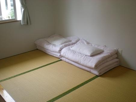 和室4畳、シャワー、トイレ共用
