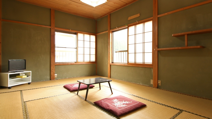 【お部屋一例】窓からは山間が見え、田舎に帰ったような空間でゆったりと寛ぐことができます。